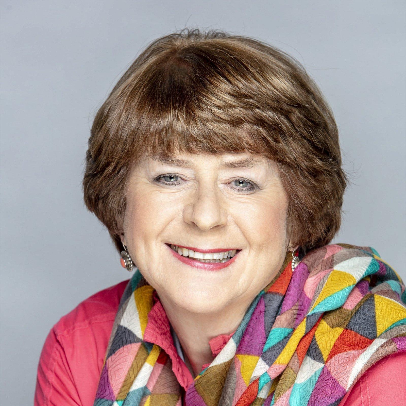 Pam-Ayres-English-Poet-speaker-entertainer-book-at-Great-British-Speakers